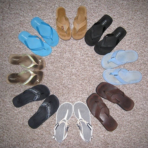 512px-Flip_flops_arranged_in_a_circle